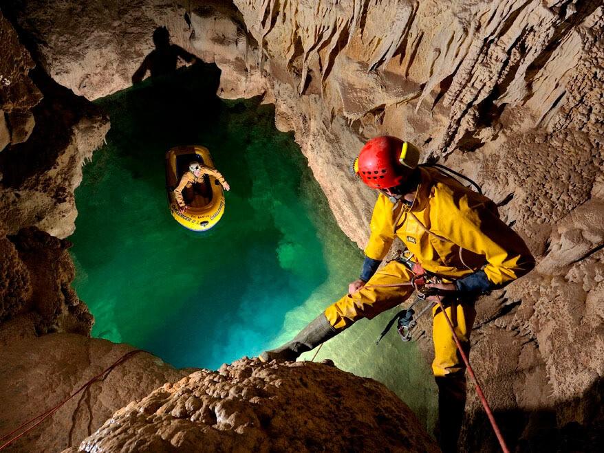 Фото проведения тимбилдинга по программе Путешествия в пещеры от Red-G