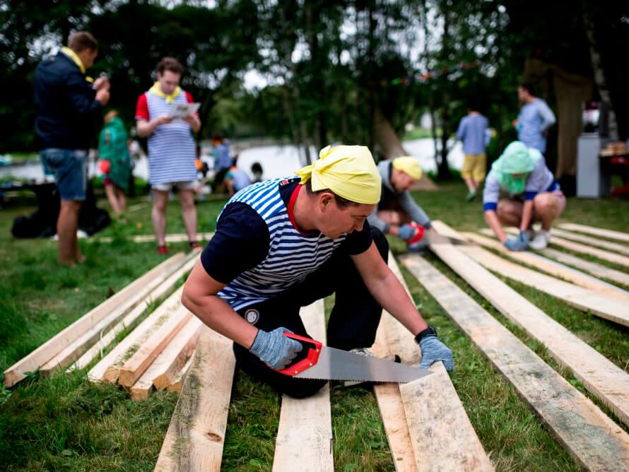 Фото проведения тимбилдинга по программе строительство плотов от Red-G