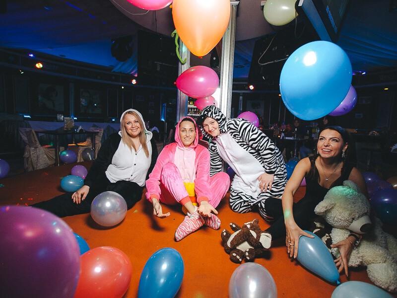 Фото проведения корпоратива в стиле пижамной вечеринки от Red-G